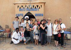 turistas respetuosos y responsables comiendo en negocios locales